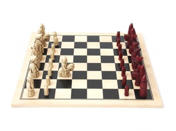 Schachfiguren Isle of Lewis, rotbraun mit Schachbrett aus Ahorn schwarz