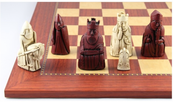 Schachfiguren Isle of Lewis, rotbraun - mit Schachbrett Afrikanisches Padouk