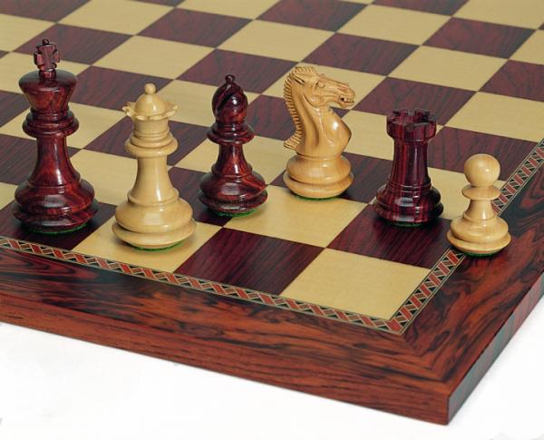 Schachset Grandmaster, breiter Sockel, mit Schachbrett Padouk und Esche Maser