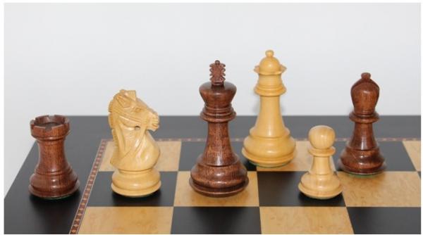 Schach Set Ultimate 28, kunstvoll von Hand geschnitzter Springer