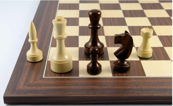 Schach Set Paramo aus Akazienholz, mit Schachbrett aus Nussbaum