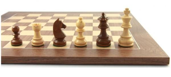 Schachfiguren mit Schachbrett Balance70
