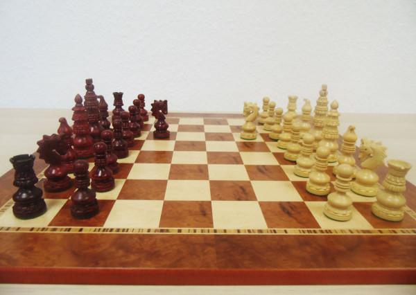 Schachset Oriens Rosenholz, handgeschnitzte Schachfiguren mit Schachbrett