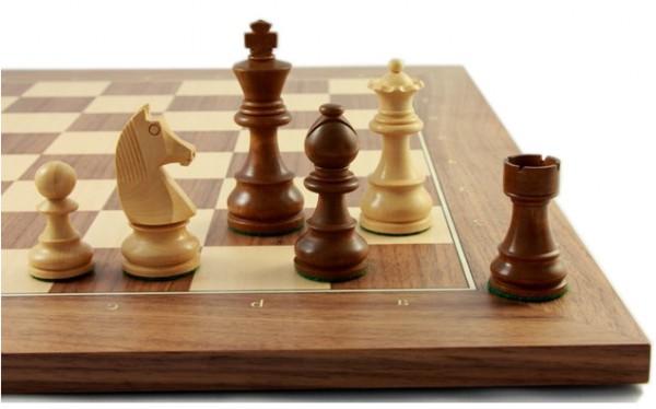 Schachfiguren und Schachbrett Club76