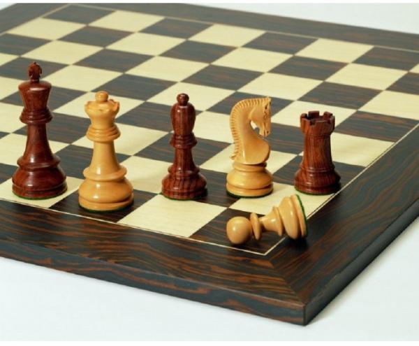 Opponent Schachfiguren mit Schachbrett