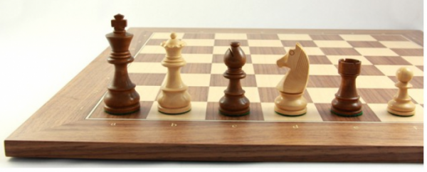 Schach-Set Club 89 - Staunton-Schachfiguren und Schachbrett aus Nussbaum
