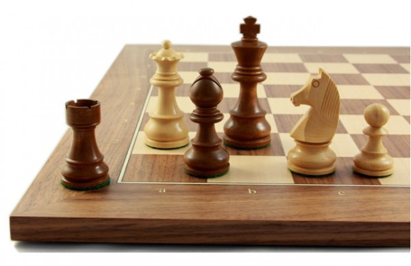 Schachfiguren mit Schachbrett Club70