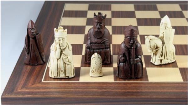 Schachfiguren Isle of Lewis braun, mit Schachbrett aus Nussbaum