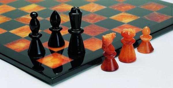 Schachspiel aus Alabaster braun und schwarz
