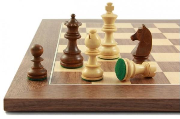 Schachfiguren und Schachbrett Balance76