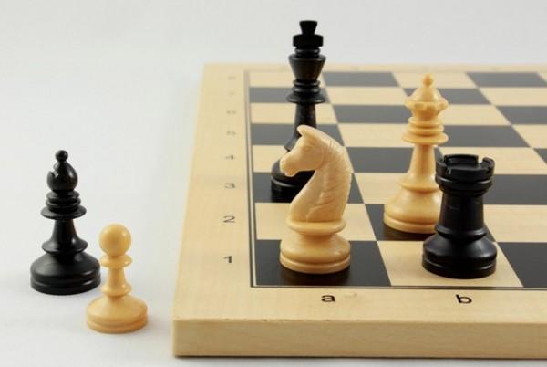 Schachset Basic Club 90 mm, Schachfiguren mit Schachbrett